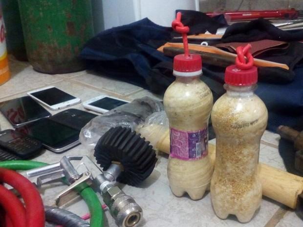 Dinamites artesanais feitas com garrafas PET foram apreendidas pela PM durante operação (Foto: Felipe Valentim/TV Paraíba)