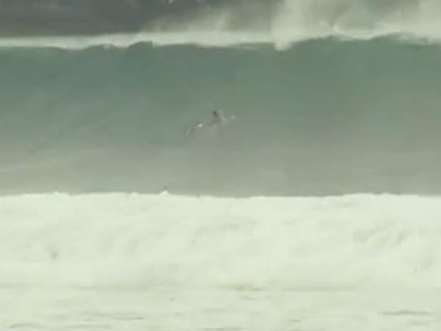 Mar estava agitado na manhã desta segunda-feira (14) (Foto: Reprodução/Alcimar Costa/Inter TV)