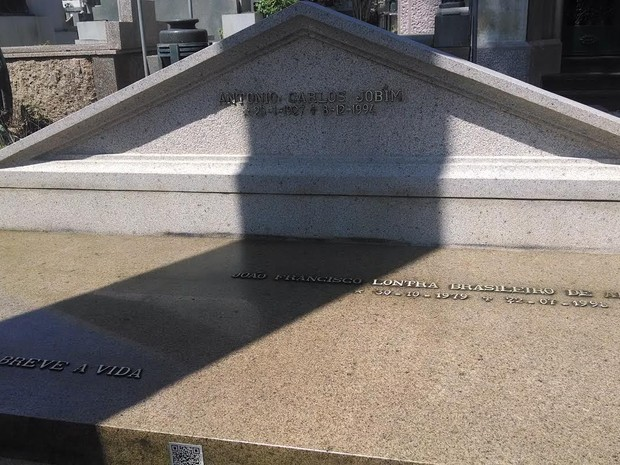 Túmulo de Tom Jobim é um dos visitados no projeto (Foto: Cristina Boeckel/G1)