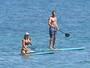 Muito bem acompanhado, Gerard Butler curte praia nos Estados Unidos