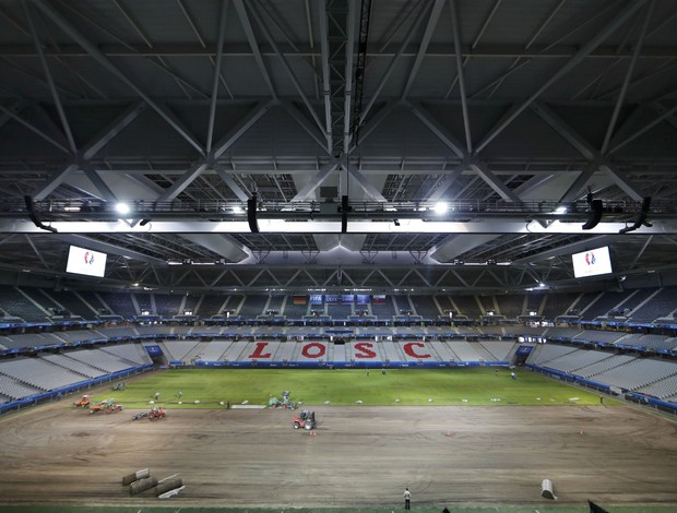 Gramado sendo trocado no estádio Pierre Mauroy, em Lille