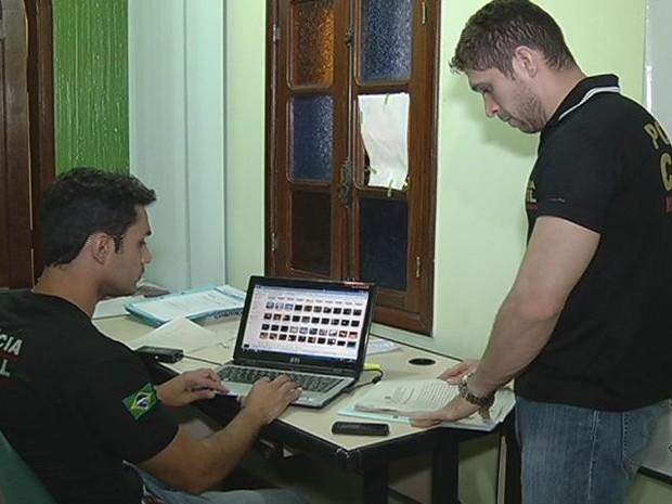 Polícia Civil apreendeu o computador do suspeito para analisar as imagens e os vídeos.  (Foto: Reprodução InterTV dos Vales)