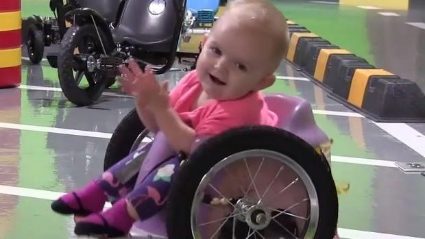 Evelyn em sua cadeira de rodas (Foto: Reprodução Youtube)