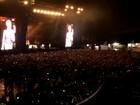 Sob chuva, Adam esbanja simpatia com o Maroon 5 em Porto Alegre