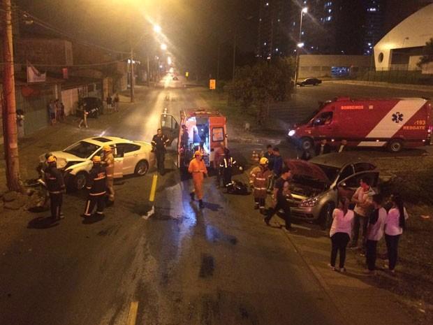 Bombeiros prestam socorro a vítima de acidente envolvendo dois carros e um poste no DF (Foto: Corpo de Bombeiros DF/Divulgação)