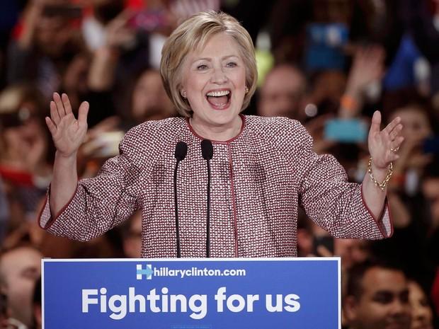 Hillary Clinton celebra sua vitória na primária democrata de Nova York, na noite de terça (19) (Foto: Reuters/Mike Segar)