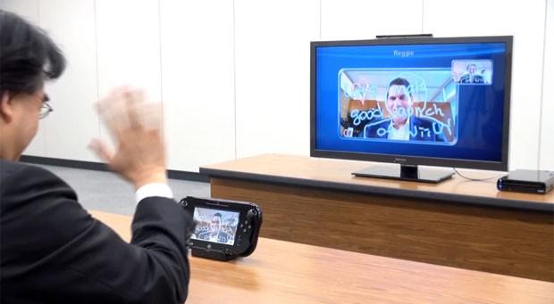 Presidente da Nintendo, Satoru Iwata, conversa com o presidente da Nintendo of America, Reggie Fils-Aime, que aparece no televisor, pelo Wii U Chat. (Foto: Divulgação)