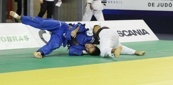 Eric Takabatake aplica golpe para vencer o Troféu Brasil (Foto: Paulo Pinto/CNJ)