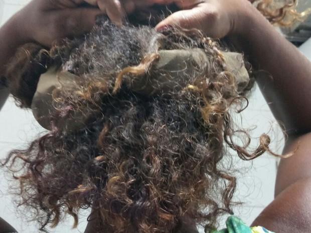 Mulher escondeu quatro tabletes de drogas no cabelo (Foto: Divulgação/ Seap)