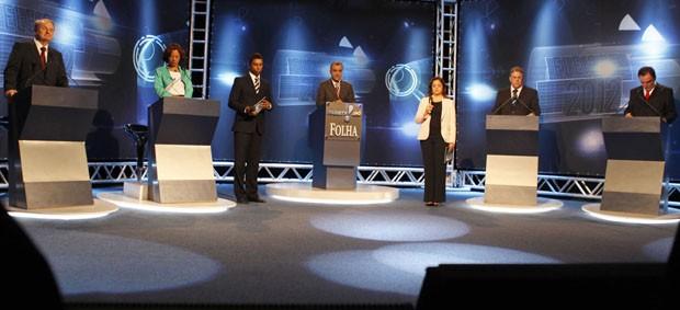 Da esquerda para a direita: Marcio Lacerda (PSB), Maria da Consolação (PSOL), Alfredo Flister (PHS) e Patrus Ananias (PT), entre mediadores do debate da Rede TV (Foto: Gustavo Baxter/Nitro/Folhapress)