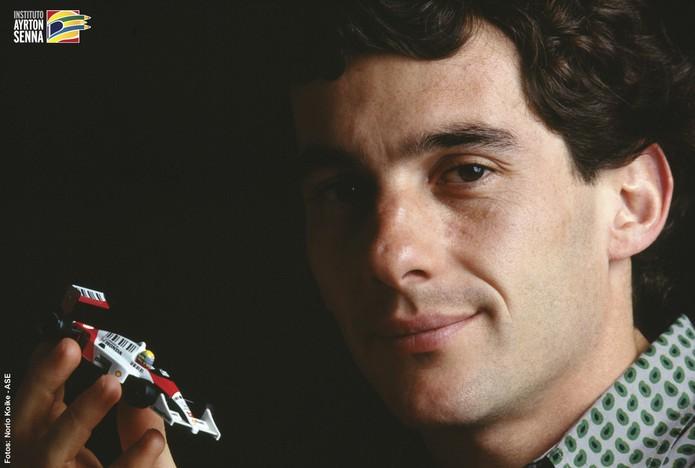 Ayrton Senna morreu ao 34 anos de idade em um acidente de Fórmula 1, causando grande comoção entre os brasileiros (Foto: Instituto Ayrton Senna) (Foto: Ayrton Senna morreu ao 34 anos de idade em um acidente de Fórmula 1, causando grande comoção entre os brasileiros (Foto: Instituto Ayrton Senna))