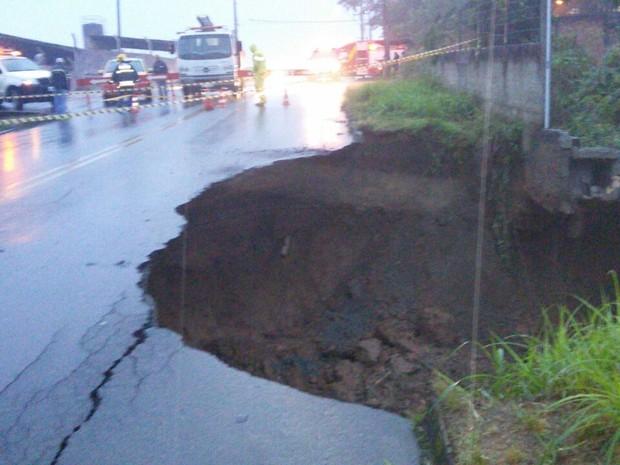Solo cedeu em rua de Blumenau e produziu uma cratera (Foto: Corpo de Bombeiros/Divulgação)