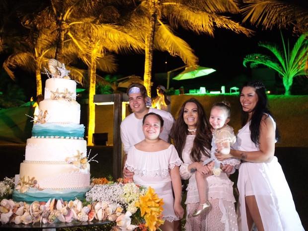 Solange Almeida com os filhos, Maria Esther, Sabrina, Rafael e Estrela, em festa na praia de Aquiraz, Fortaleza (Foto: Divulgação)
