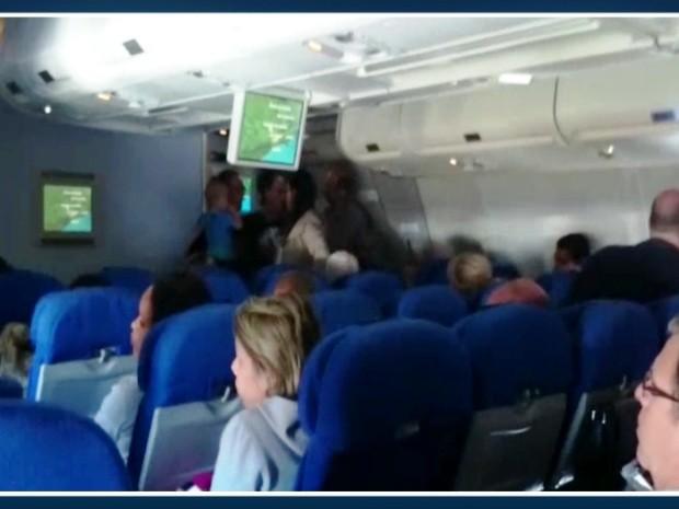 Passageiros esperaram até cinco horas, em Viracopos, antes de seguirem viagem (Foto: Reprodução / EPTV)
