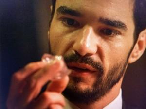 José Pedro encontra o pedaço do diamante do João Lucas (Foto: TV Globo)