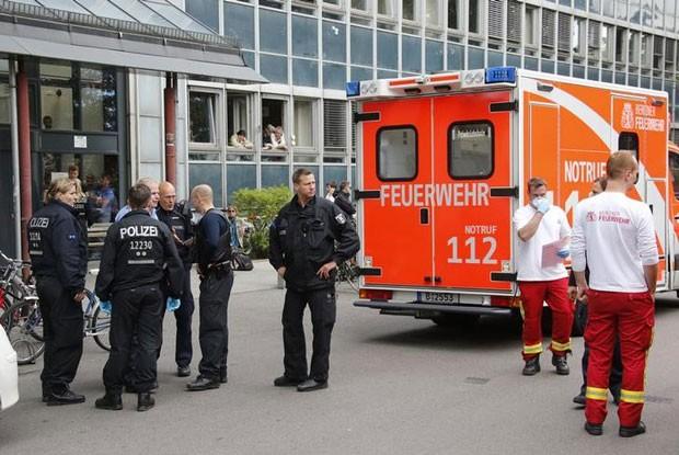 Policiais e funcionários de ambulância são do lado de fora de centro de empregos em Berlim. Mulher com sintomas de ebola foi retirada do local e internada nesta terça-feira (19)  (Foto: Fabrizio Bensch/Reuters)