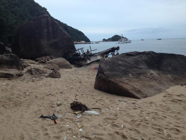 Destroços da embarcação continuam na praia do Sangava após acidente (Foto: G1)