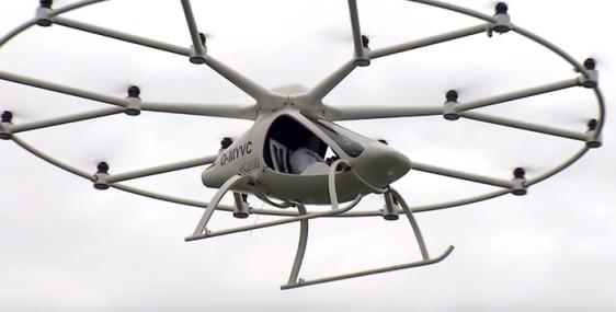Primeiro voo oficial do Volocopter levando uma pessoa a bordo (Foto: Reprodução / YouTube)