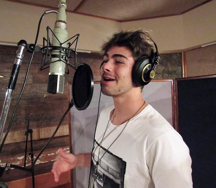 Rafael Vitti solta a voz para música inédita de Léo Régis (Foto: Thais Carreiro / Gshow)