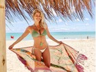 Karina Bacchi exibe barriga de grávida em dia de praia em Maceió