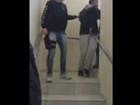 Ex-BBB Laércio Moura esconde o rosto na delegacia após prisão; veja vídeo
