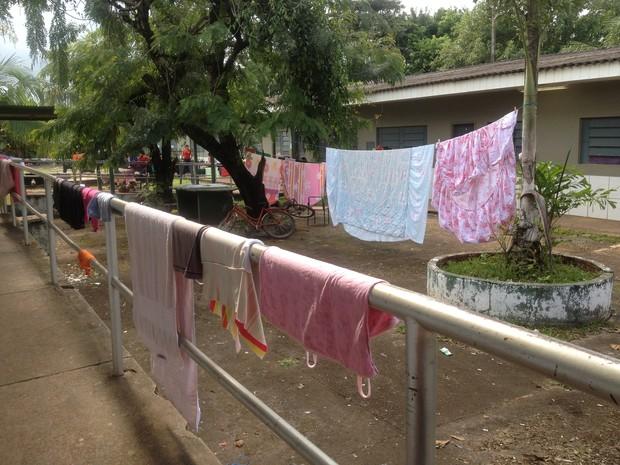 Famílias lavam roupa e estedem nas grades das escolas que servem de abrigo (Foto: Ivanete Damasceno/G1)