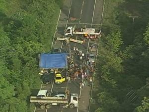 Grupo de manifestantes interditam as duas pistas da BR-316 na manhã desta segunda (26). (Foto: Reprodução / TV Liberal)