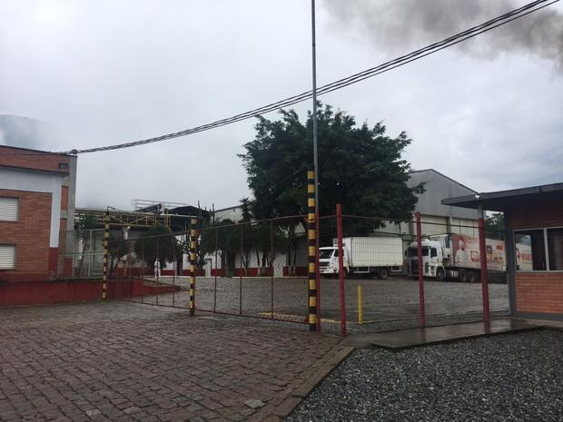 Frigorífico foi interditado em Jaraguá do Sul  (Foto: Marco Antonio Mendes/RBSTV)