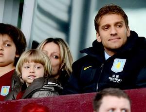 Stiliyan Petrov assiste a partida do Chelsea contra o Aston Villa (Foto: Getty Images)