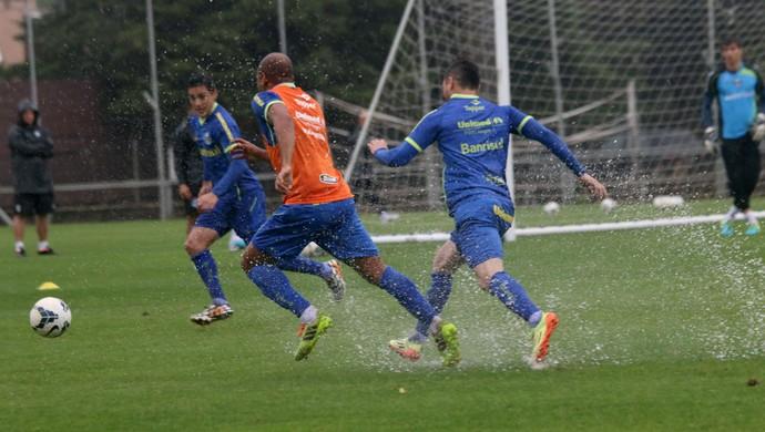 Grêmio treina sob temporal em Porto Alegre (Foto: Diego Guichard)