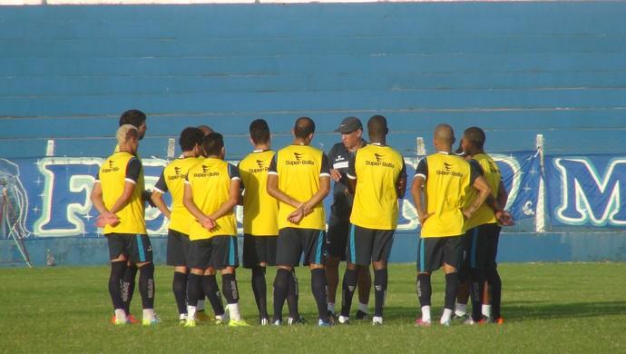 Time que treinou entre os titulares recebe instruções do técnico Nedo Xavier (Foto: Nívio Dorta/GloboEsporte.com)