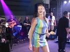 De vestido curto, Luana Piovani cai no samba e troca carinhos com Scooby