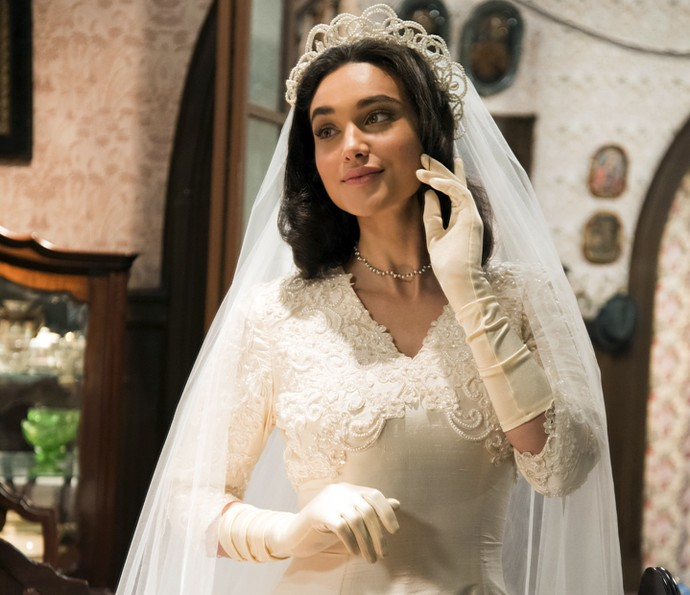 Débora Nascimento posa com o vestido de noiva de Filomena em 'Êta Mundo Bom!' (Foto: Globo/César Alves)