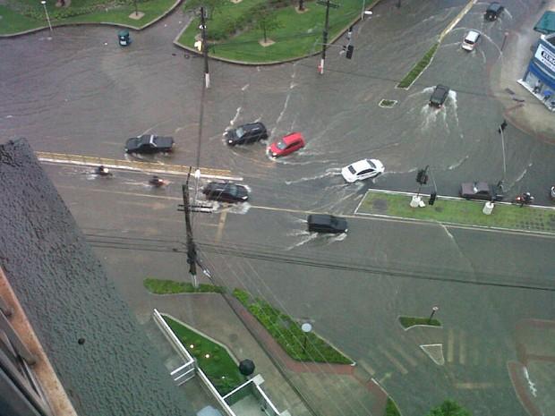 Veículos enfrentam égua para transitar na Avenida Marechal Campos, em Vitória. (Foto: Rodrigo Matos/ VC no ESTV)