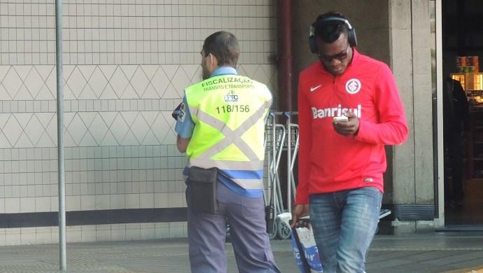 paulao inter desembarque (Foto: Tomás Hammes/GloboEsporte.com)