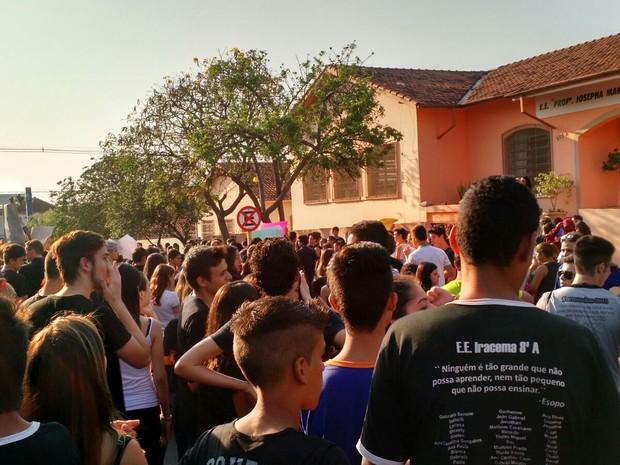 Alunos e professores protestaram nesta sexta-feira (2), em Ibitinga (Foto: Divulgação/Samanta Ravazzi)