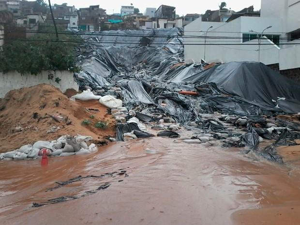Avenida Governador Sílvio Pedrosa voltou a ser interditada nesta terça em razão de possível deslizamento de terra pelas encostas de Mãe Luíza (Foto: Murilo Meireles/Inter TV Cabugi)