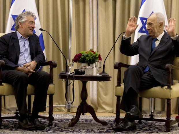 O ator Robert De Niro registrou seu encontro com o presidente de Israel, Shimon Peres, em sua própria residência em Jerusálem, nesta terça-feira (18) (Foto: REUTERS/Sebastian Scheiner/Pool)