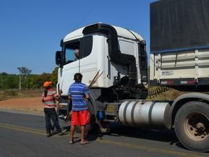 Índios bloqueiam estrada entre RO e MT e cobram pedágio de R$ 100 (Foto: Jonatas Boni/G1)