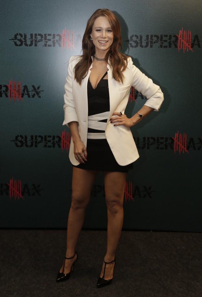 Mariana Ximenes mostra seu look no lançamento de Supermax (Foto: Artur Meninea / Gshow)