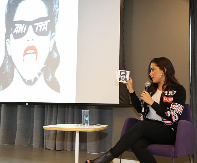 Anitta mostra aos jornalista o seu CD (Foto: Carol Caminha / Gshow)