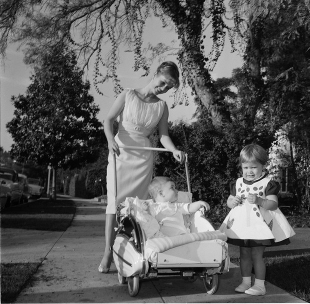 Debbie Reynolds com Carrie Fisher e Todd Fisher em Los Angeles, em 1957 (Foto: Getty Images)