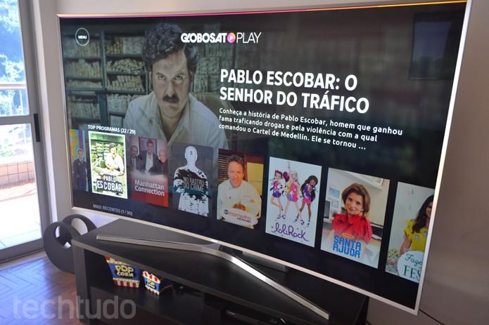 SMART TV Samsung com 78 polegadas ocupa espaço mas pode ser vista de perto na sala (Foto: Melissa Cruz / TechTudo)