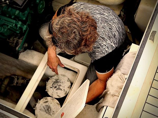 Max se desespera ao ver que dinheiro sumiu (Foto: Avenida Brasil / TV Globo)