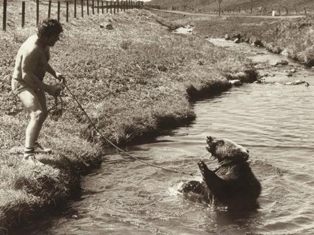Andy e Hércules costumavam fazer longas caminhadas pela natureza (Foto: BBC/Hercules the Bear A Gentle Giant in the Family I Maggie Robin)