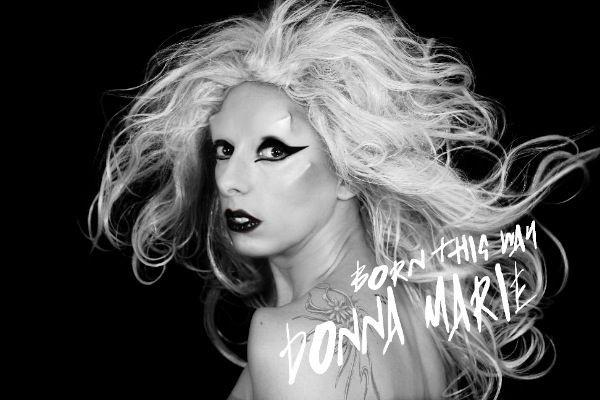 Donna Marie Trego é tão fã de Lady Gaga que faz versões cover de sua música e se veste com roupas semelhantes às da cantora de 'Born This Way'. Ela afirmou já ter gasto por volta de US$ 100 mil em cirurgia plásticas para se parecer com Gaga.  (Foto: Divulgação)