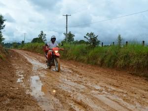 Moradores da região reclamam das condições da via (Foto: Franciele do Vale/G1 RO)