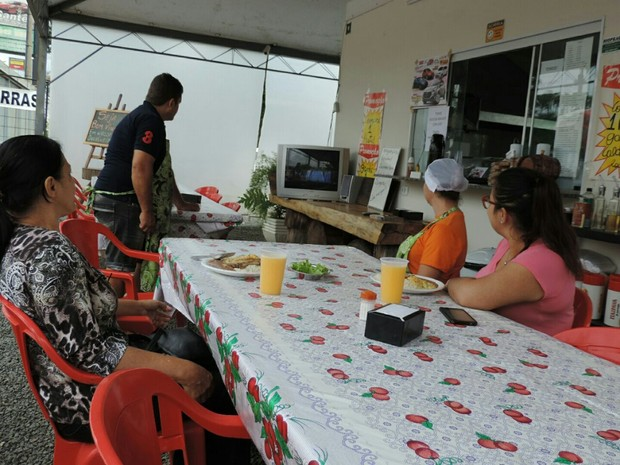 Comerciante Geovanni Rodrigues acompanhou as notícias da posse de Temer (Foto: Caio Gomes Silveira/G1)