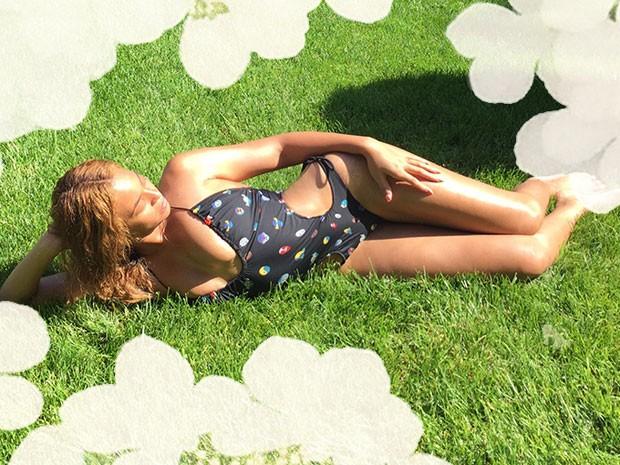 Beyoncé posa com maiô ousado (Foto: Site Oficial/ Reprodução)