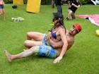 Caio Castro rola no chão com amiga durante brincadeira